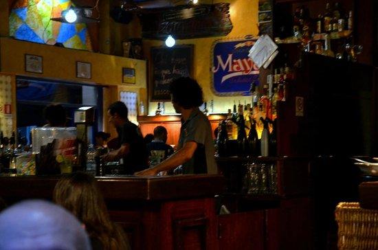 Hora Feliz : Обаятельные бармены