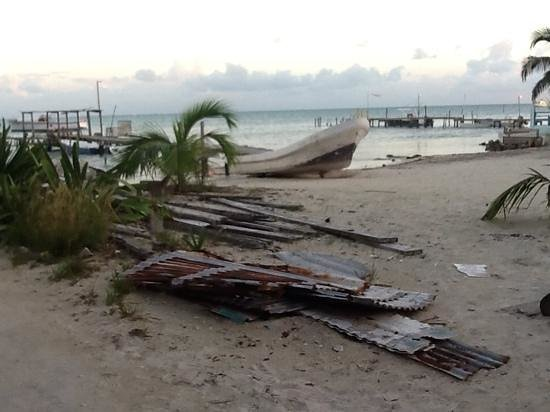 Caye Caulker : garbage and what you dont see are all the plastic floating