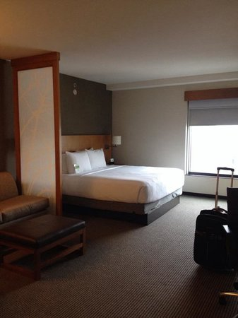 Hyatt Place Austin Downtown: Modern, clean room with a cute sitting area