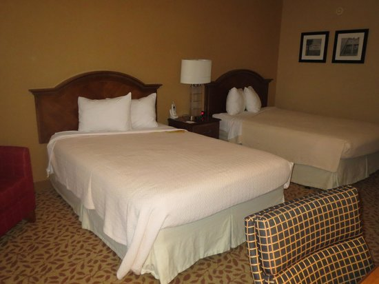 Durham Marriott City Center: regular room w/ 2 queen beds