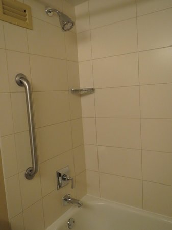 Durham Marriott City Center: shower / tub