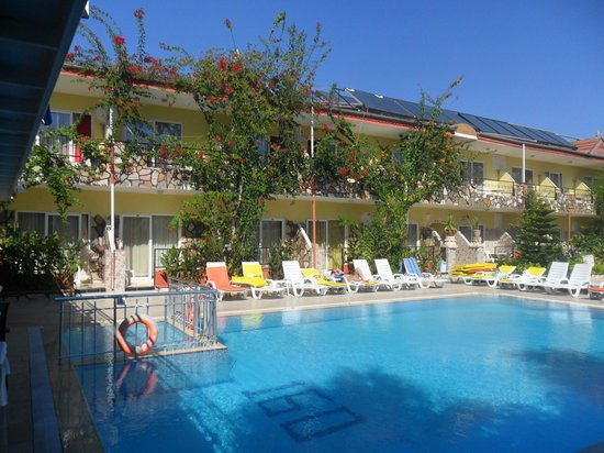 Hotel Sunberk: Pool area and main accommodation building
