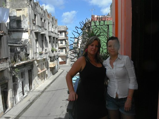The Purple House : Ivette and me at the veranda out in the street