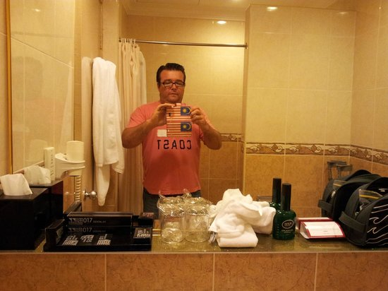 Concorde Inn Kuala Lumpur International Airport : Huge bathroom, heaps of bench space , big mirror and big shower.