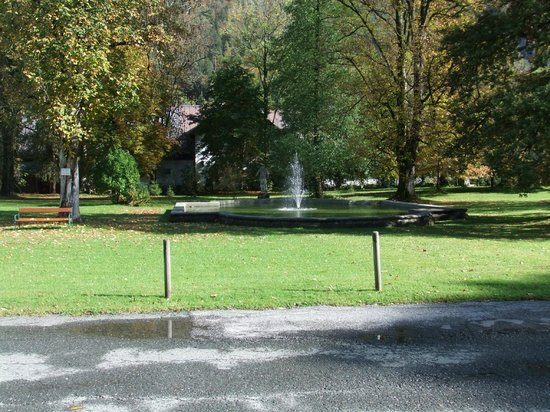 Hotel Schloss Grubhof: Front garden & its fountain