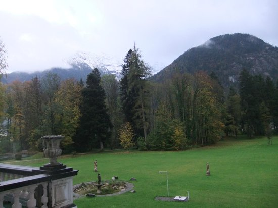 Hotel Schloss Grubhof: view of Alps mountain from room window