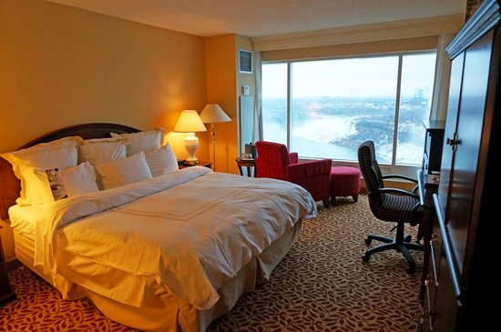 Niagara Falls Marriott Fallsview Hotel & Spa : Room and the outside view