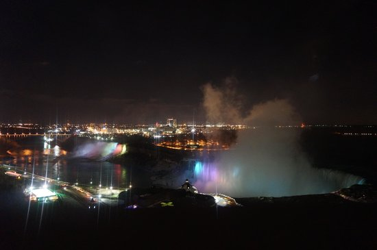 Niagara Falls Marriott Fallsview Hotel & Spa : View of Niagara Falls from the room at night