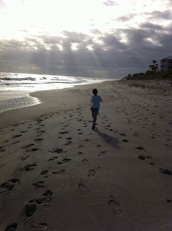 Disney's Vero Beach Resort: Christmas morning the beach was all ours!