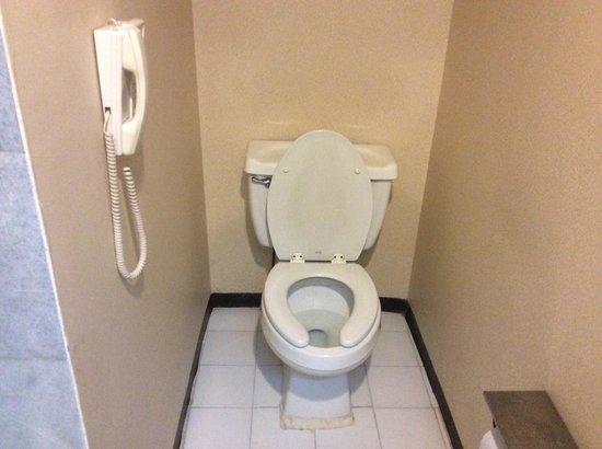 Quality Inn & Suites Saltillo Eurotel : El WC, con su teléfono (!)
