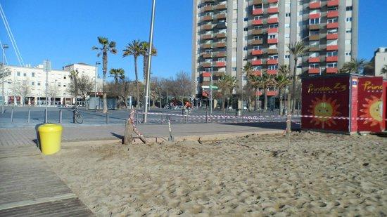 Equity Point Sea - Hostel Barcelona: Praia Barceloneta em frente ap Hotel.