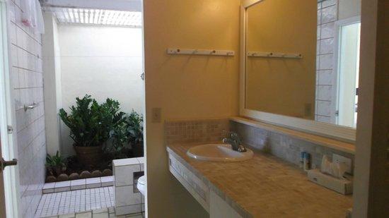 """Pavilions and Pools Villa Hotel: unique """"garden shower"""" bathroom"""