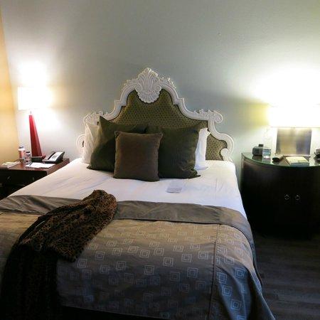 Kimpton Alexis Hotel: Bed in room.