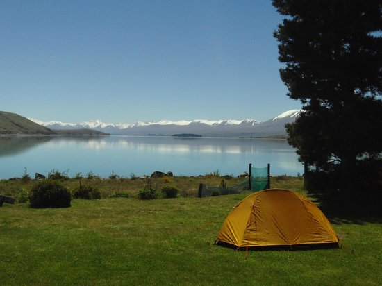 YHA Lake Tekapo: Vuesur le petit terrain de camping et le lac