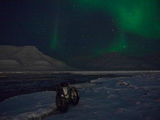 FatBike Spitsbergen: polar night in adventdalen