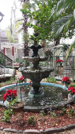 Peace and Plenty Inn : Fountain in garden area