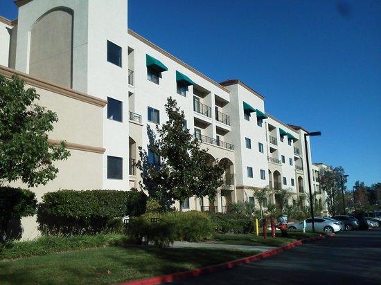 Embassy Suites by Hilton Temecula Valley Wine Country : Vista por fuera del edificio