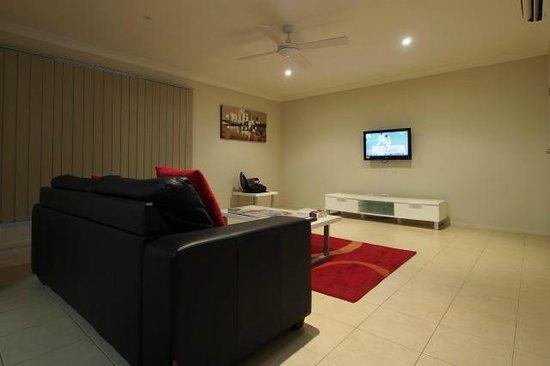 Island Beach Resort: Spacious Living Room