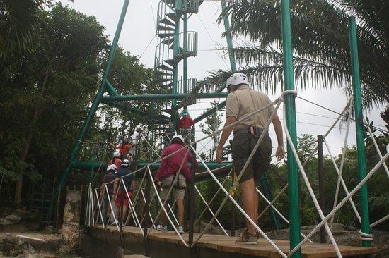 Chankanaab Beach Adventure Park: Subiendo las escalera a 18 meteos sobre un puente, es la primera emocion de todo el juego