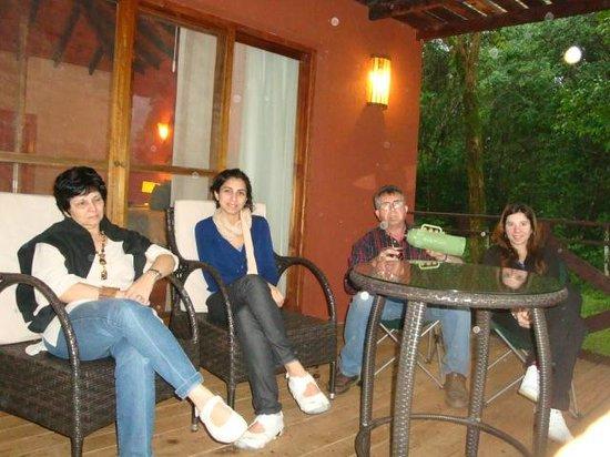 La Mision Mocona | Lodge de Selva : Disfrutando la galería una tarde de lluvia