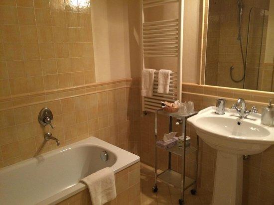 Firenze Suite: Neat bathroom