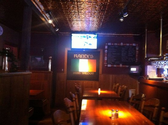 Randi's Irish Grill & Pub: Dining room with flat screen TV.