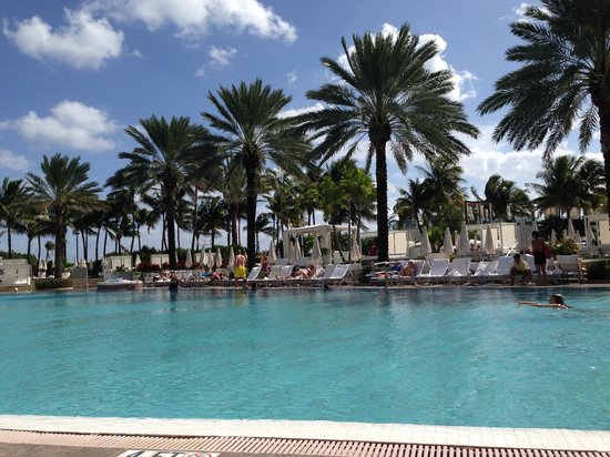 Fontainebleau Miami Beach: Lounging by the bowtie pool