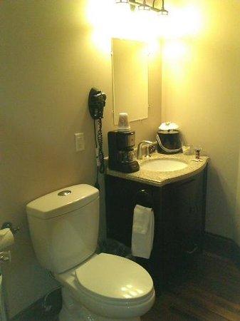 The Riverfront Hotel: bathroom