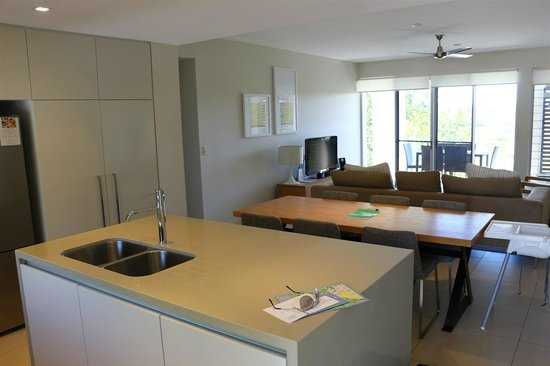 RACV Noosa Resort: View from kitchen to dining and living room