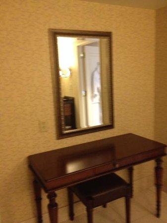 The Duke Hotel Newport Beach: make up table in bathroom