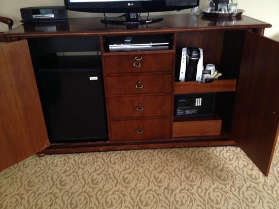 The Duke Hotel Newport Beach: TV stand with contents