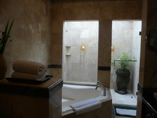 The Tanjung Benoa Beach Resort - Bali: Bathroom with outdoor shower in villa