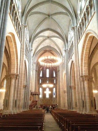 Kathedrale St-Pierre: колонада собора