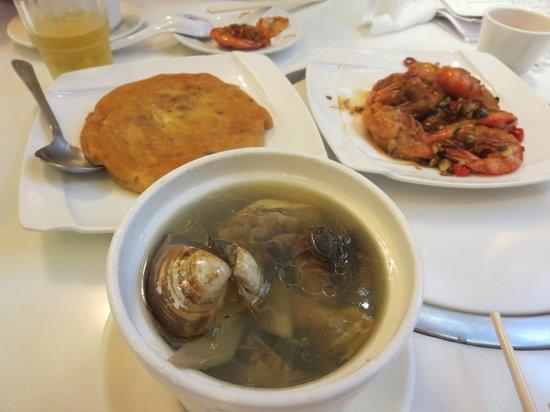 Jijiazhuang : 蛤スープ 大根入りの玉子焼き