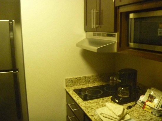 HYATT house Raleigh Durham Airport: small kitchen in the room