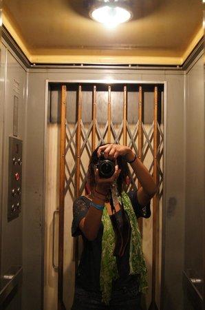 Hotel Check Inn: el elevador