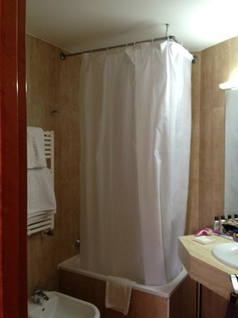 Hotel Santa Isabel: Small but clean bathroom
