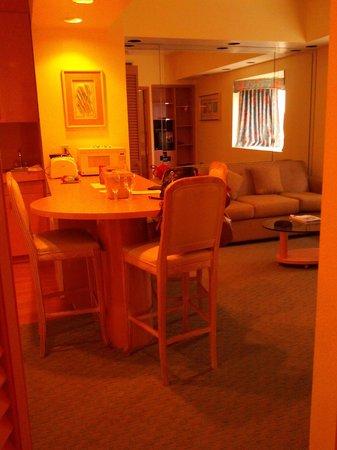 Crystal Beach Suites Hotel: гостинная