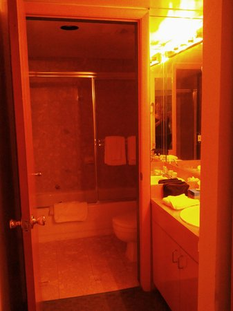 Crystal Beach Suites Hotel: Санузел просто замечательный.Два выхода- в спальню и в гостинную