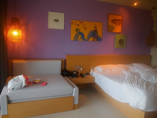 Holiday Inn Resort Krabi Ao Nang Beach : Inside the room. For 3 person. The sofa can be turned into a bed.