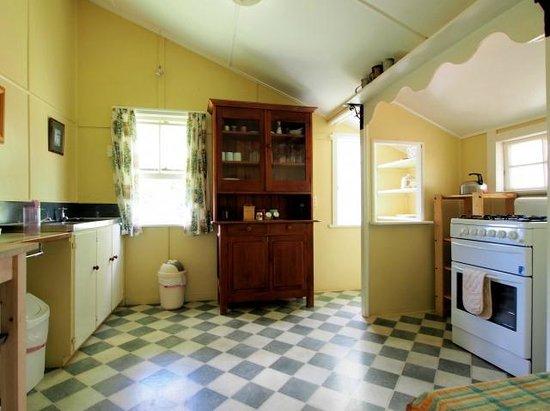 Cedar Glen Farmstay: Kitchen