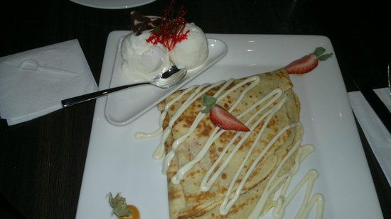 Liquid Cafe Bar: Crepe with strawberies