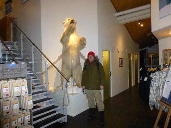 Radisson Blu Polar Hotel, Spitsbergen, Longyearbyen: Stuffed polar bear in the hotel lobby