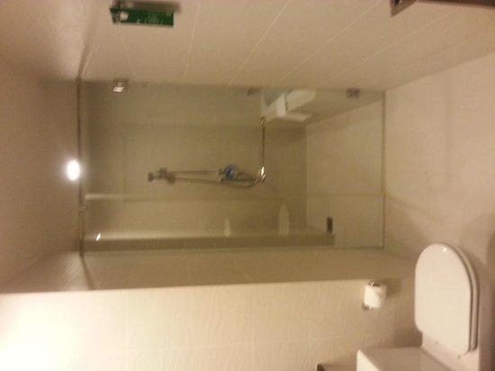 PARKROYAL Serviced Suites Kuala Lumpur : Clean bathroom