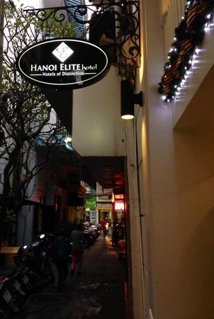 Hanoi Elite Hotel: This is the quiet little lane of the hotel's entrance...