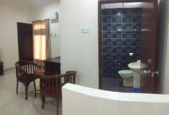 Adina Motel: bathroom
