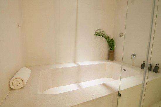 La Rose Boutique Hotel & Spa: La Rose Suite Twin Bathroom