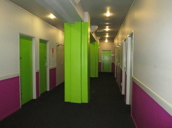 Jucy Snooze : The corridor outside the rooms painted with the lime green and purple trademark color of Jucy Ho