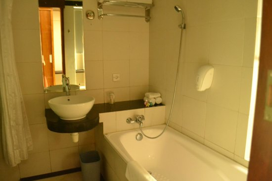 Baleka Resort Hotel & Spa: bathroom area (bathtub and  shower on the left side)