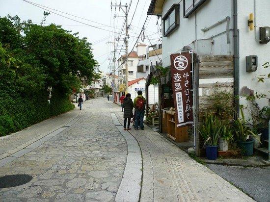 Yachimun Street: 石畳の通りの両側に焼き物屋さんが点在している。